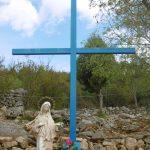 Das blaue Kreuz am Fuße des Erscheinungsberges